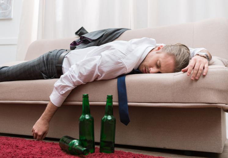 Ngủ quên trong phòng có điều hòa sau khi say rượu, bia có thể gây nguy hiểm. Ảnh minh họa