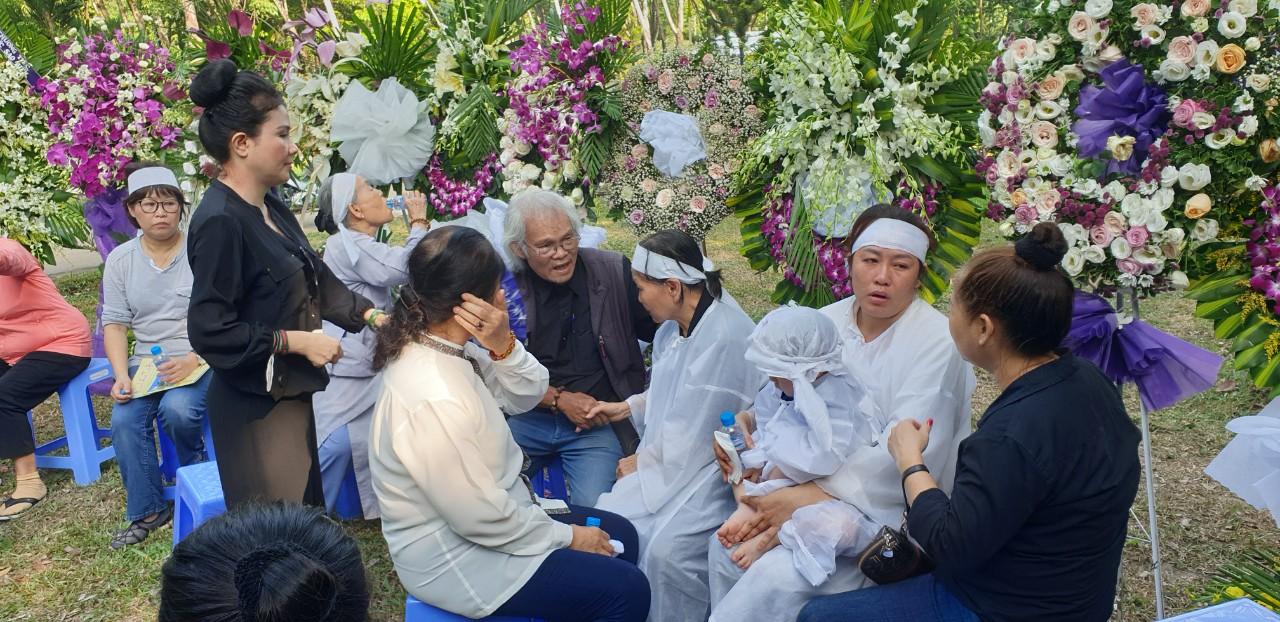 Nghệ sĩ Thanh Ngân (Áo đen ngoài cùng bên trái) đến đưa tang cùng gia đình