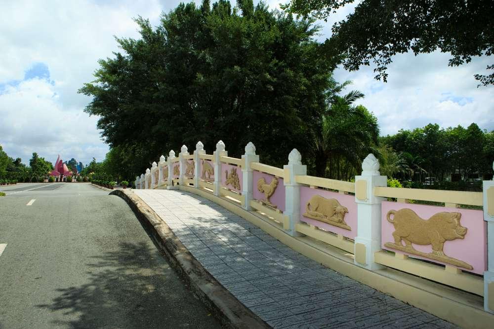 hình tượng 12 con giáp trên cầu Thủy Long